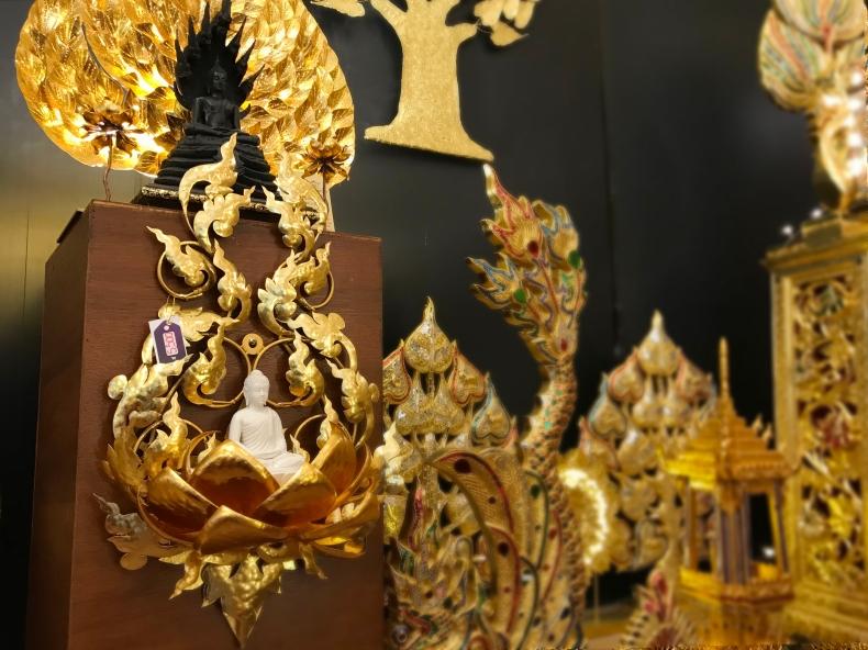 แต่งห้องพระด้วย ดอกบัวโลหะ ปิดทอง ติดผนัง มีที่วางพระพุทธรูป