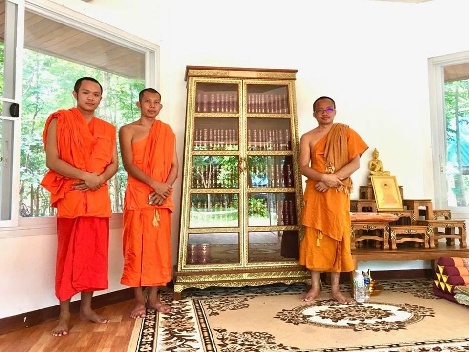หนังสือพระไตรปิฎก91เล่มภาษาไทย และ ตู้พระไตรปิฎกไม้สัก