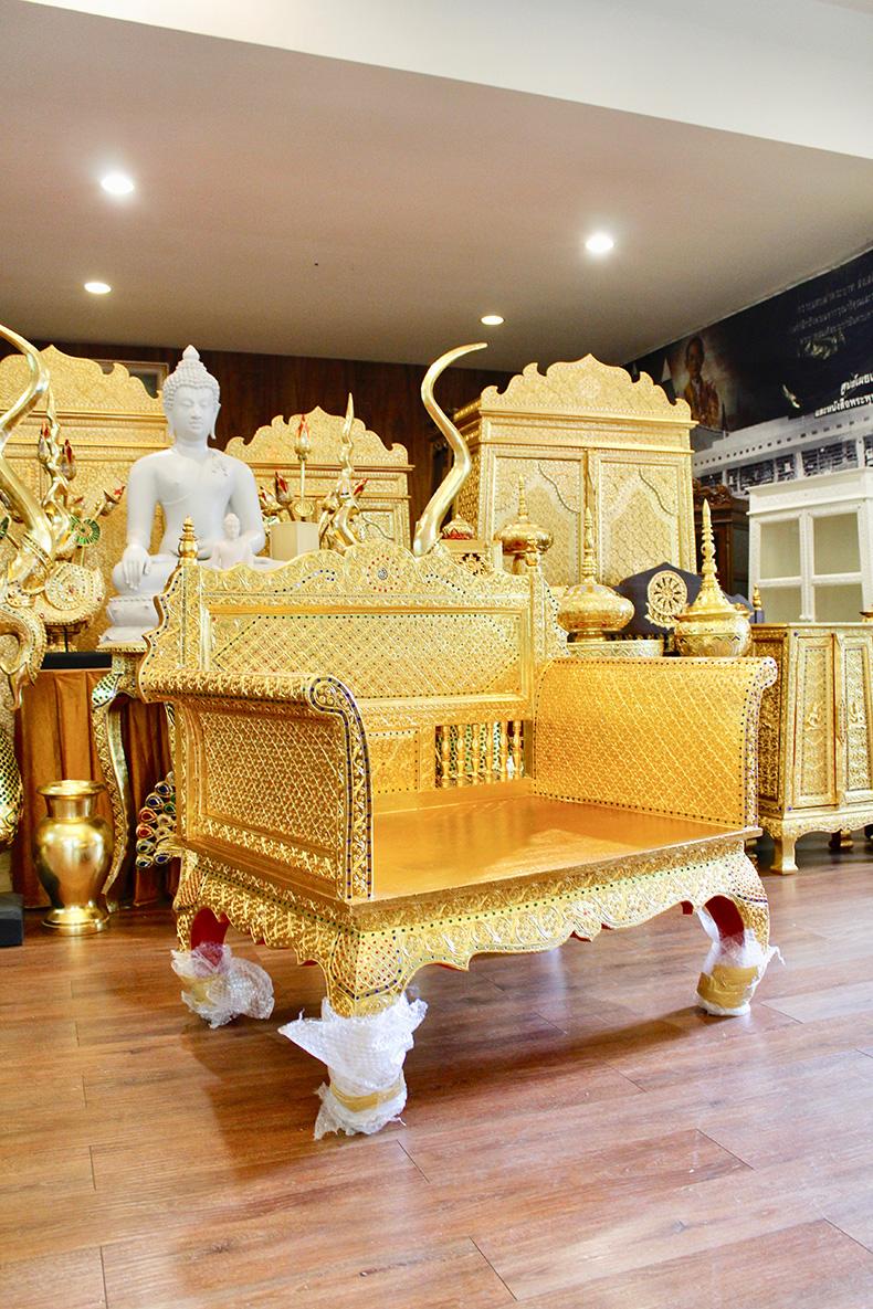 ธรรมาสน์ ไม้สักทั้งหลัง วิจิตรบรรจงด้วยงาน ลงรักปิดทองทั้งหลัง เดินลายเส้นทอง ประดับกระจกสี