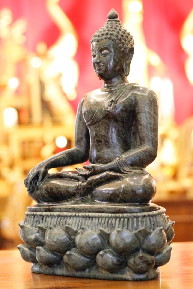 พระพุทธรูปแกะสลัก ปางมารวิชัย (ปางชนะมาร)  ขนาด หน้าตัก 9 นิ้ว แกะสลักจากหินอ่อนเขียว ประเทศอินเดียGreen Marble in India