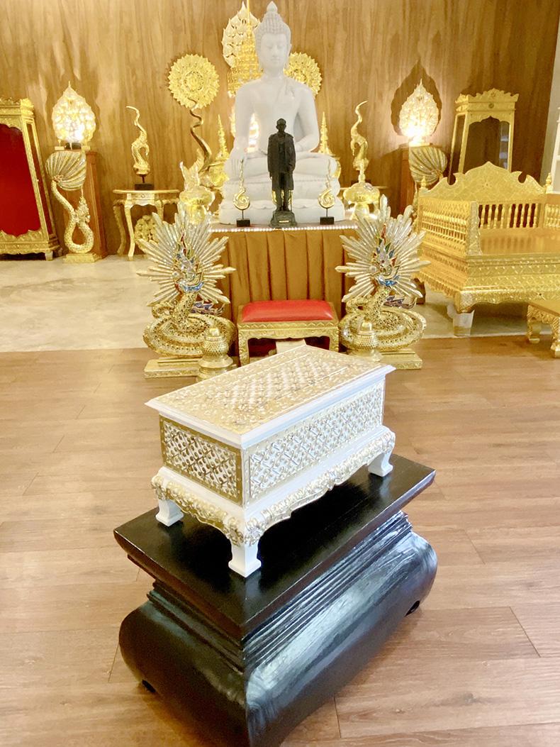 ชุด คัมภีร์บาลีปาฏิโมกข์ ฉบับสมบูรณ์ พร้อมหีบบรรจุ พระคัมภีร์ปาฏิโมกข์ สีขาวลวดลายทอง บุกำมะหยี่ แดง ทั้งชุด 4000 บาท